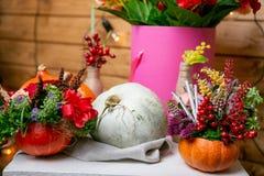 Как сделать centerpiece благодарения с большими тыквой и букетом цветков стоковая фотография