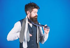 : Как соответствовать галстуку рубашке и костюму Владение хипстера человека бородатое немногие галстуки на голубой предпосылке Га стоковое изображение rf
