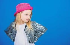 Как стильно i в этой шляпе Ребенк девушки милый нести модную шляпу Небольшой модник Обмундирование крутого cutie модное стоковая фотография