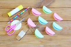 Как сделать орнамент шарика рождества покрашенной бумаги шаг Бумажные круги сложили в половине, ножницах, карандаше, ручке клея Стоковые Фото