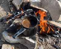 Как сделать реальный турецкий кофе на пламенах Стоковое Изображение RF
