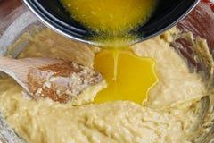 Как сделать тесто дрожжей - шаг за шагом: добавьте расплавленное масло Стоковое Изображение