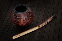 Калебас и bombilla на деревянной предпосылке стоковое фото rf
