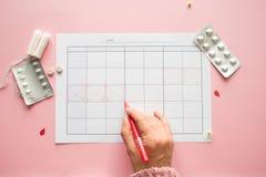 Календарь для месяца и метки менструального цикла PMS и критическая концепция дней стоковое изображение
