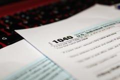 Календарь и формирует налоговую форму 1040 подоходного налога на 2017 показывая дней налога для хранить 17-ое апреля 2018 стоковая фотография