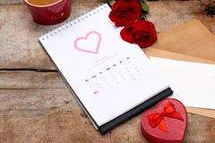Календарь показывая дату 14-ое -го февраль Красная роза, сердца и Стоковые Изображения