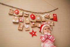 Календарь пришествия для детей ребенок в ожидании праздник стоковое изображение