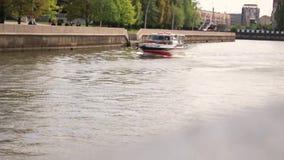 Калининград 2019 Прогулочный катер плавая на реку сток-видео