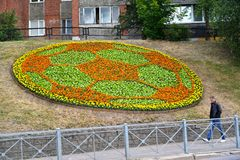 Калининград, Россия Декоративный цветник в форме soccerball на бульваре Moskovsky Стоковая Фотография RF