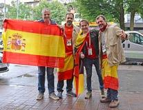 Калининград, Россия Испанские вентиляторы с флагом Испании стоят на улице Кубок мира ФИФА в России стоковая фотография