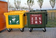 Калининград, Россия Контейнеры для отдельного собирая отброса Русский текст - обрабатываемый отход, другое Стоковые Изображения RF