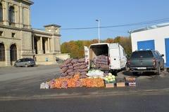 Калининград, Россия Незаконная торговля в овощах на улице Стоковое Изображение RF