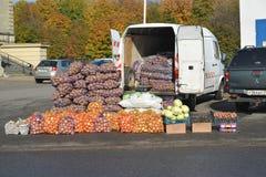Калининград, Россия Незаконная торговля в овощах на улице Стоковые Фотографии RF