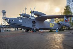КАЛИНИНГРАД, РОССИЯ - 25-ОЕ АПРЕЛЯ 2016: гидросамолет Be-12 Анти--подводной лодки на предпосылке захода солнца Стоковые Фотографии RF
