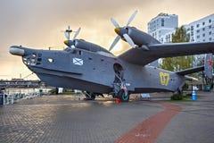 КАЛИНИНГРАД, РОССИЯ - 25-ОЕ АПРЕЛЯ 2016: гидросамолет Be-12 Анти--подводной лодки на предпосылке захода солнца Стоковое фото RF