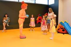 КАЛИНИНГРАД, РОССИЯ - 18-ОЕ СЕНТЯБРЯ 2016: Аниматор в костюме развлекает детей во время праздника в детском клубе Стоковые Изображения