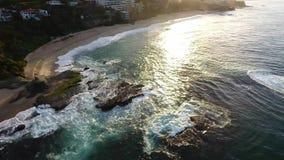 Калифорния, Соединенные Штаты, вид с воздуха пляжных домиков вдоль Тихоокеанского побережья в Калифорния Недвижимость во время за сток-видео