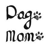Каллиграфический `` текст мамы собаки `` почерка Печать лапки Doodle черная Счастливая поздравительная открытка дня ` s матери Стоковое Фото
