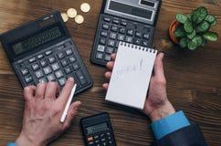 Калькулятор Блокнот с космосом экземпляра в руках бизнесмена Стоковое фото RF
