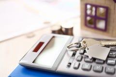 Калькулятор, ключ, элементы дела маклера Keychain стоковое изображение