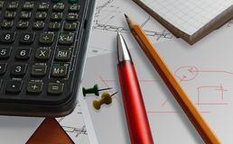 Калькулятор предпосылки ручки дела красный стоковая фотография