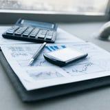 Калькулятор, смартфон и финансовые документы на деле стоковые изображения rf