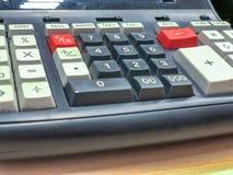 Калькулятор старого стиля владение домашнего ключа принципиальной схемы дела золотистое достигая небо к Стоковые Фотографии RF