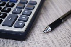 Калькулятор с ручкой на бумаге стоковые изображения