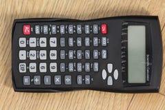 Калькулятор Standaard научный на деревянной предпосылке стоковое изображение