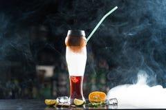 Кальян на алкогольном напитке через апельсин стоковое изображение