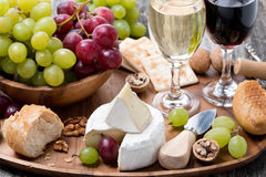 Камамбер, свежий багет, виноградины, грецкие орехи и вино стоковое изображение rf