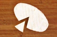 Камамбер сыра на коричневой деревянной предпосылке Стоковое Фото
