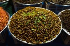 Камбоджийский продовольственный рынок улицы ночи с личинками Стоковые Фотографии RF
