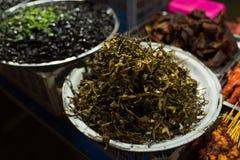Камбоджийский продовольственный рынок улицы ночи с лягушками Стоковые Изображения