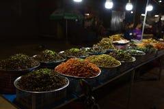 Камбоджийский продовольственный рынок улицы ночи с много видов насекомых Стоковое фото RF