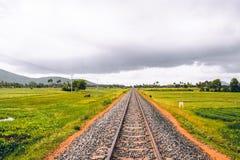 Камбоджийский след поезда около Kampot где миллионы были убиты во время Khmer Rouge стоковая фотография rf