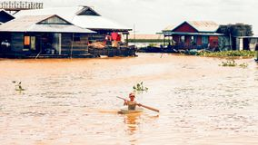 Камбоджийский таз пользы мальчика как шлюпка Стоковое фото RF