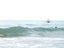 Камбоджа, море, волны, лето, рыбацкая лодка Стоковая Фотография RF