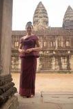 Камбоджийская девушка в платье кхмера на Angkor Wat Стоковое Изображение RF