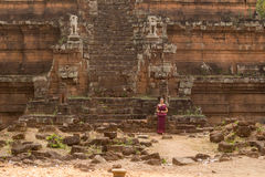 Камбоджийская девушка в платье кхмера на Phimeanakas в Angkor Thom стоковые изображения