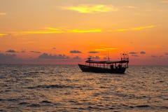Камбоджийская рыбацкая лодка около острова Rong Sanloem Koh на заходе солнца Стоковая Фотография RF