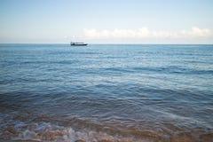 Камбоджийская рыбацкая лодка около пляжа на острове Rong Sanloem Koh Стоковые Фотографии RF
