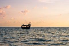 Камбоджийская рыбацкая лодка около пляжа на острове Rong Sanloem Koh Стоковые Фото