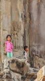 Камбоджийские дети стоят на входе башни, Angkor Wat, Siem Reap, Камбодже Стоковые Изображения RF