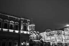 КАМЕДЬ магазина на предпосылке деревьев украшенных с шариками рождества красный квадрат ноча moscow Россия Стоковое Изображение