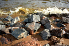 Каменистые берег и волны моря Стоковая Фотография