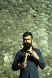 Каменистые стена и человек с осью Стоковые Изображения