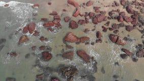 Каменистый пляж Kalacha в Goa r Полет трутня сток-видео