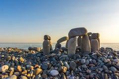 Каменистый пляж на заходе солнца Стоковая Фотография
