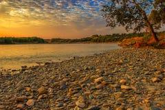 Каменистый речной берег в утре Стоковое Фото